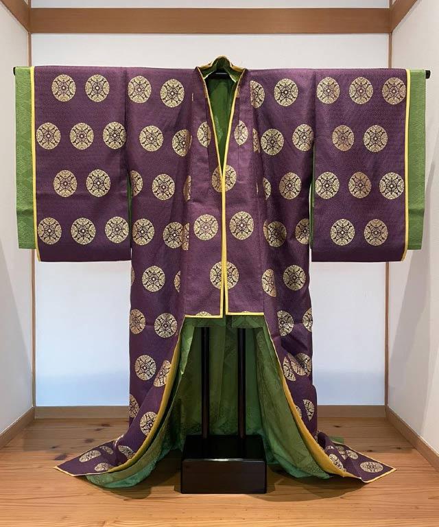 1. ⼩袿 上紋浮線綾 紫