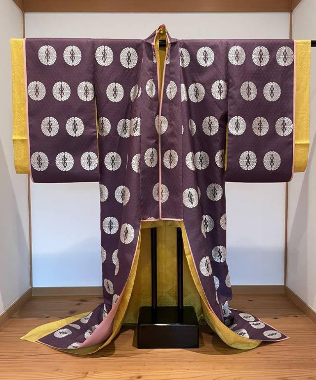 6. ⼩袿 上紋向蝶 紫
